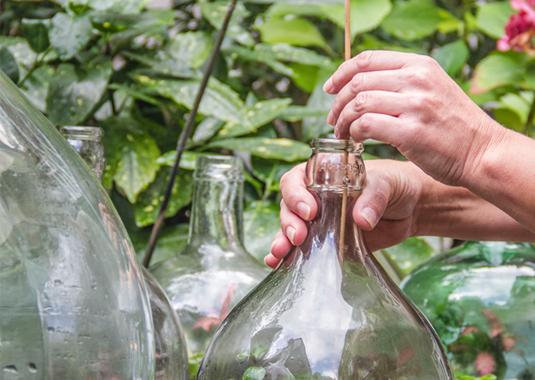 Het vullen van een flessentuin